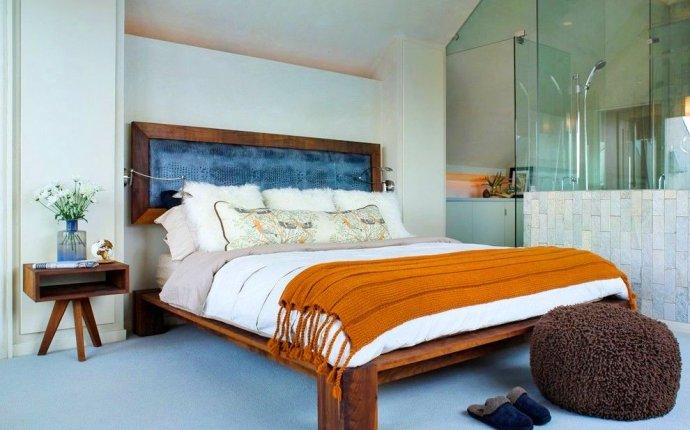 Кровать из тёмного дерева